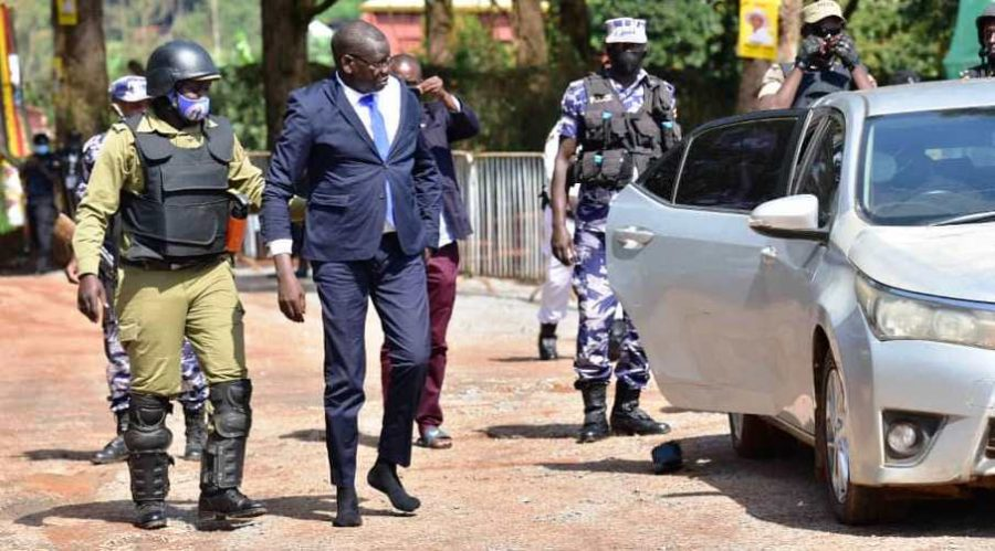 FDC-Patrick-Oboi-Amuriat-arrives-at-Kyambogo-for-nomination-without-shoes